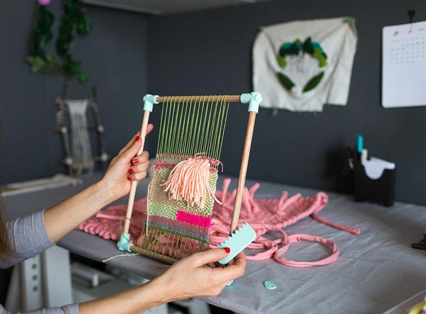 tejiendo en el kit tejer y viajar